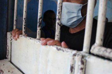 COVID-19: 수용시설 운영 당국은 수감자, 직원 및  궁극적으로 주변 지역 사회의 건강을 보호해야 합니다.